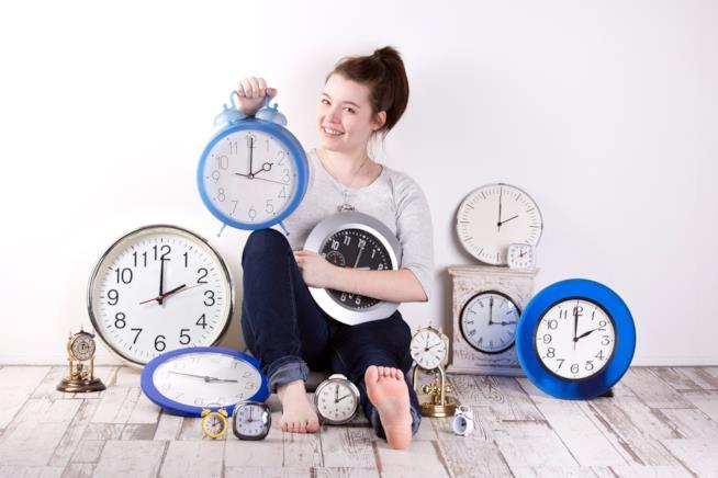 Ragazza circondata da orologi