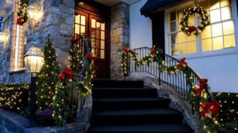 Una famiglia riunita a tavola per lavorare sulle decorazioni di Natale