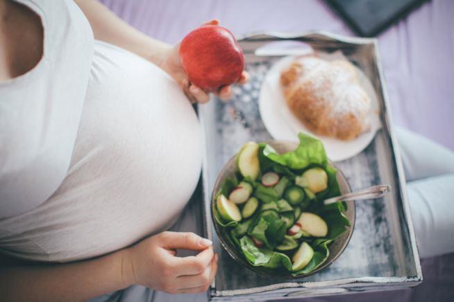 Donna incinta che mangia