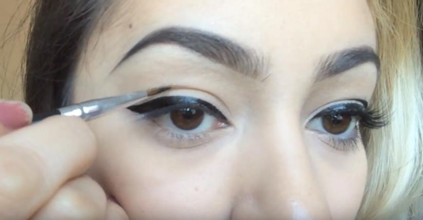 Eyeliner cut crease