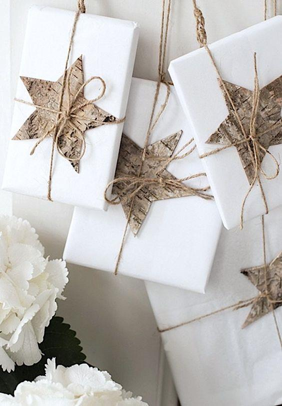 Pacchetti regalo con decorazioni a forma di stella