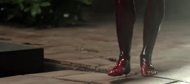 Le impronte insanguinate lasciate da Geillis nell'episodio La Bakra di Outlander
