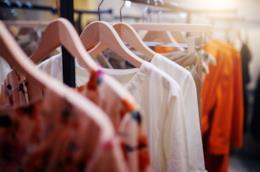 Abiti in fila in una boutique