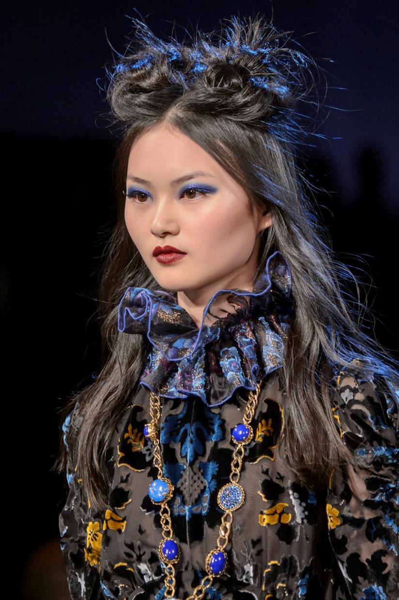 Acconciatura capelli lunghi mossi su una modella