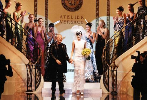 Una sfilata di Versace con lo stilista in passerella