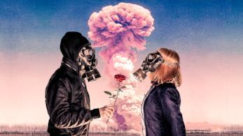 Due ragazzi con una maschera, di fronte a una nuvola di fumo per una bomba, si scambiano una rosa