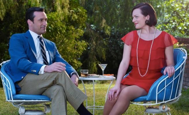 Peggy Olson e Don Draper seduti a un tavolino in giardino