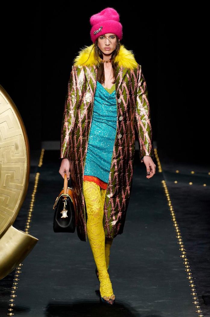 Un look iper colorato proposto da Versace