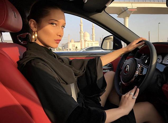 Bella Hadid al volante con orecchini a cerchio