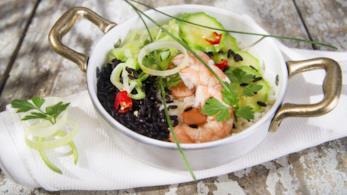 Riso venere all'insalata con salmone e gamberi