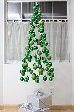 Albero di Natale che pende dal soffitto