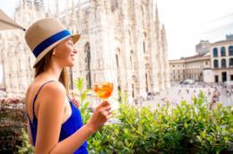 Ragazza che beve aperitivo vicino al Duomo di Milano