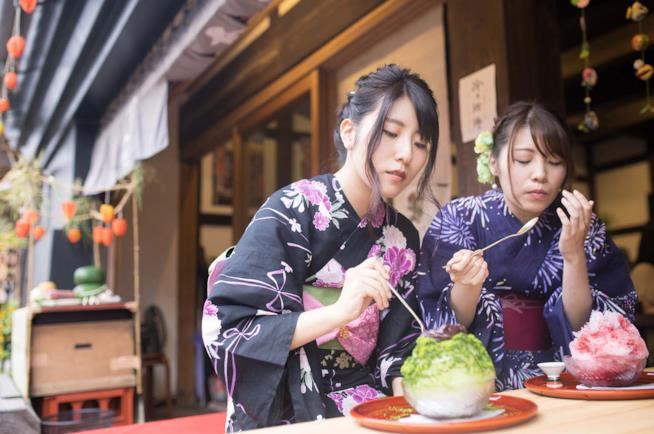 Donne in kimono all'Obon festival in Giappone