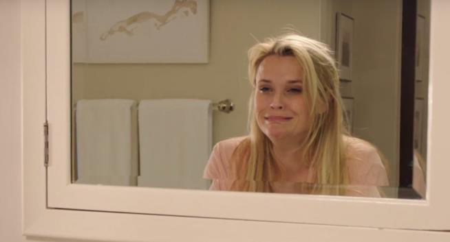 Reese Witherspoon allo specchio nel film 40 sono i nuovi 20