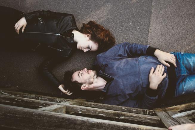 Due fidanzati sdraiati per terra
