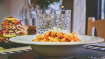 Piatto di pasta su un tavolo imbandito
