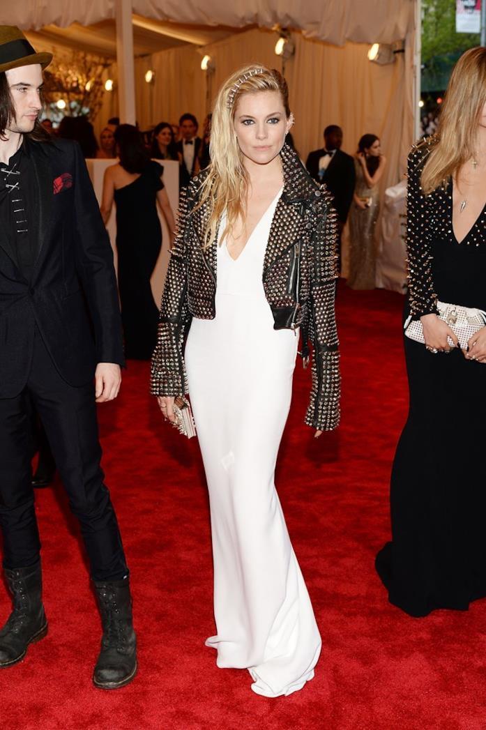 Il look sfoggiato da Sienna Miller al MET Gala 2013