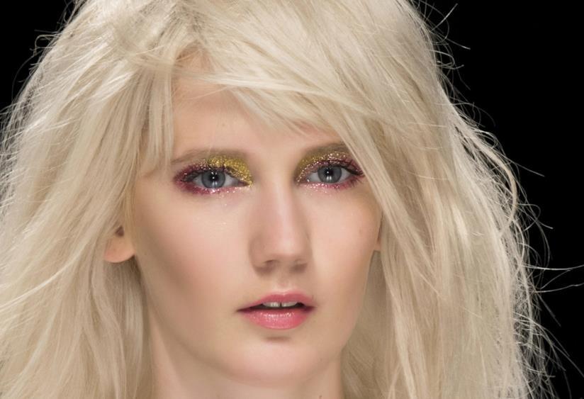 Modella con capelli biondo platino