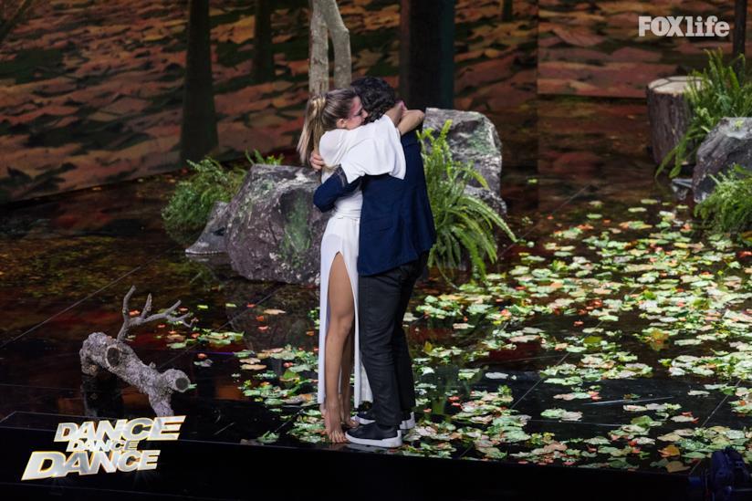 Daniel Ezralow abbraccia Cristina Marino