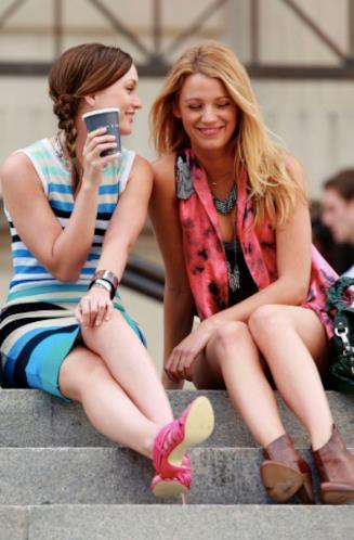 Blair e Serena sulle scale in Gossip Girl