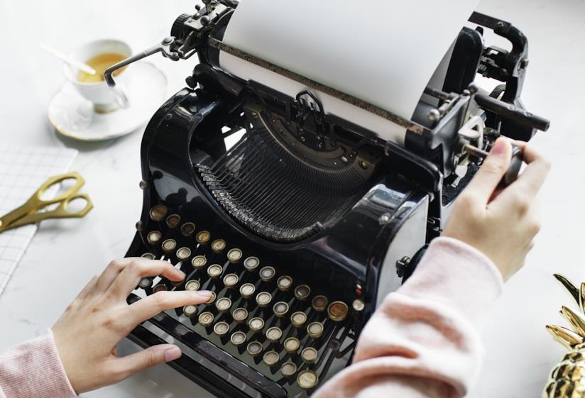 Una macchina da scrivere.