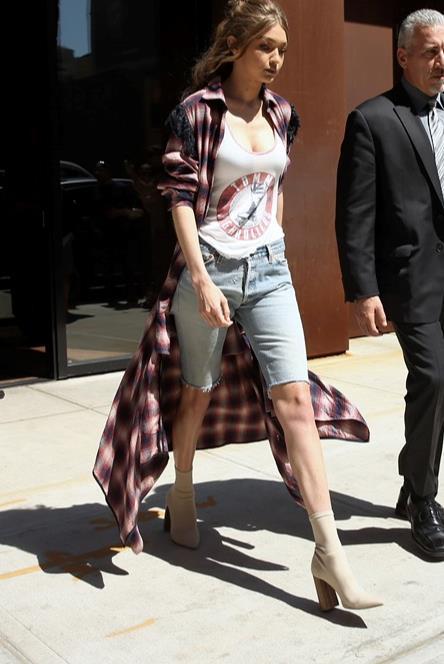 Gigi Hadid indossa Ankle Boots.