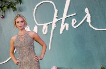 Jennifer Lawrence sfila per l'anteprima di mother! a Londra