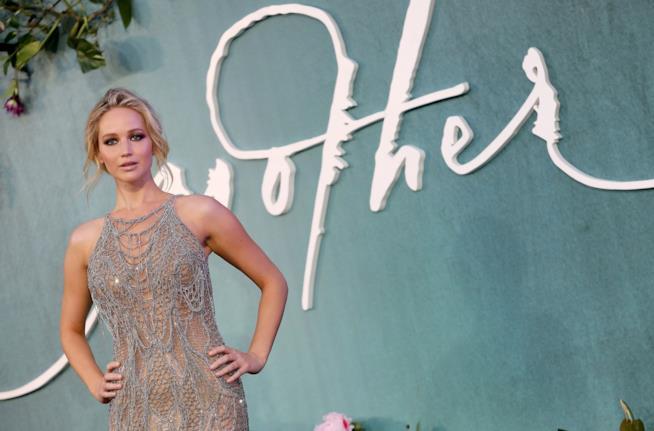 Jennifer Lawrence sfila per l'anteprima di mother! a Londra