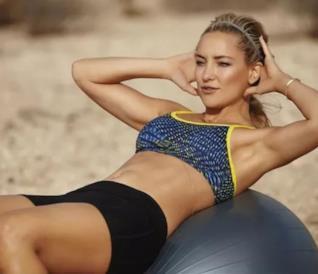 Un'immagine di Kate Hudson che fa Pilates