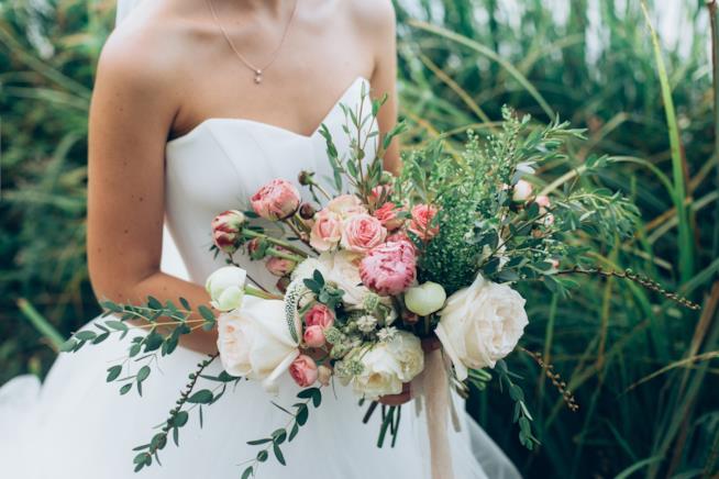 Sposa con bouquet a cascata