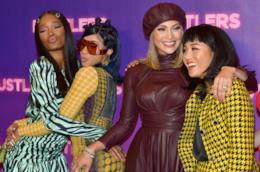 Jennifer Lopez col cast di Hustlers