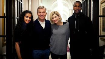 Il cast della stagione 11 di Doctor Who: Mandip Gill, Bradley Walsh, Jodie Whittaker e Tosin Cole