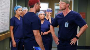 Owen e Nathan ai ferri corti in una scena del settimo episodio di Grey's Anatomy 12