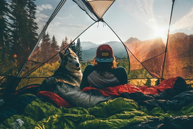 Loki e Kelly in tenda si godono l'alba