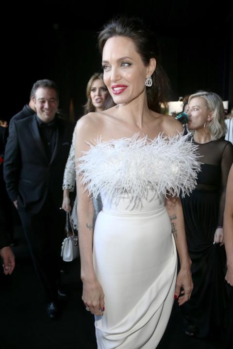 La scollatura piumata di Angelina Jolie ai Critics' Choice Awards