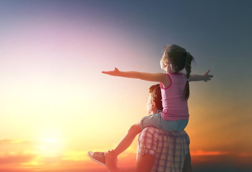 Padre e figlia ammirano il tramonto insieme