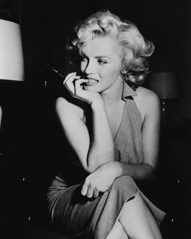 Marilyn Monroe in una posa seduta