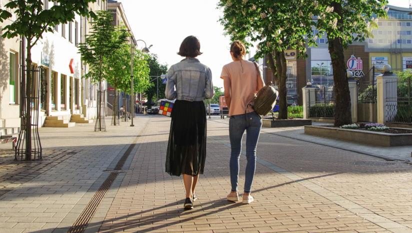Delle donne che camminano per strada