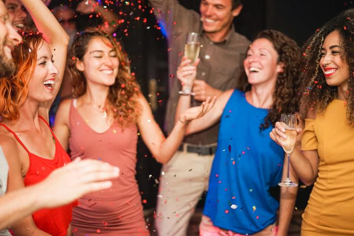 Ragazzi che si divertono a una festa
