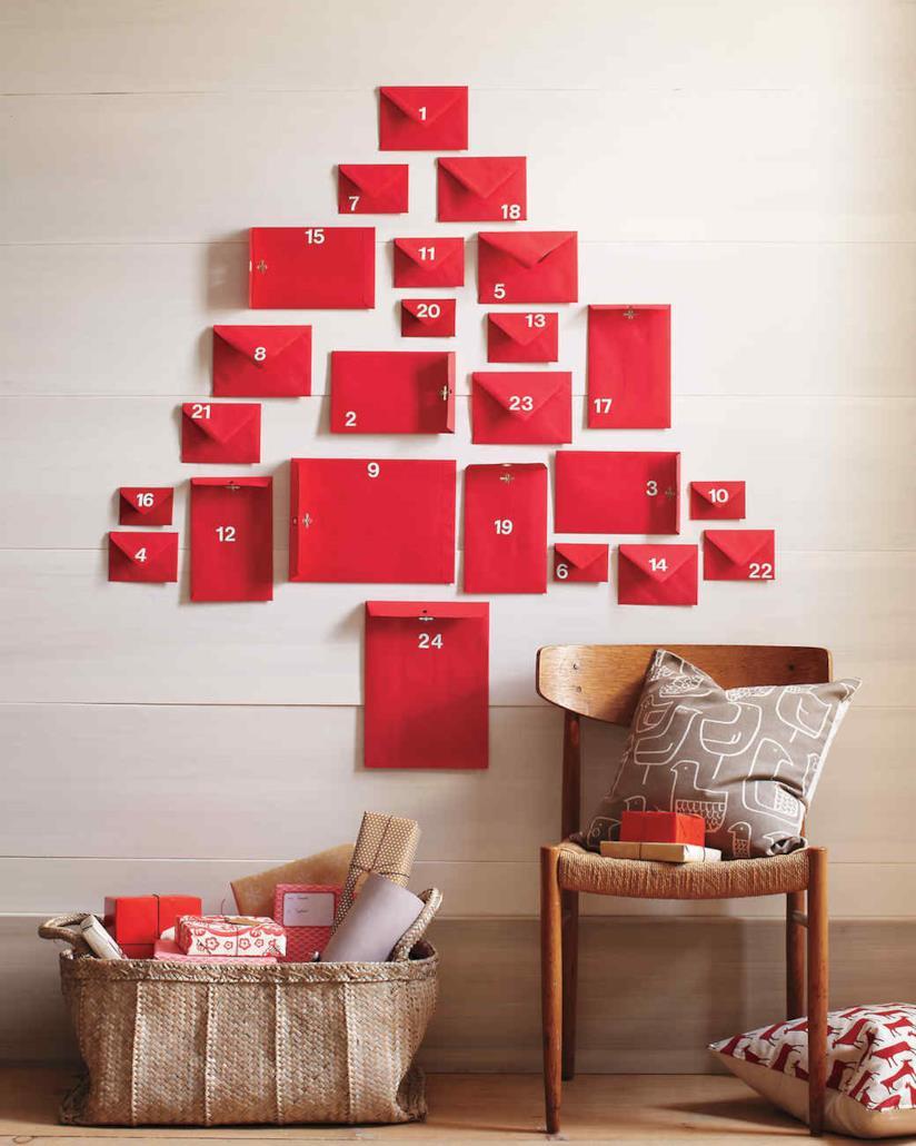Il calendario dell'avvento realizzato con le buste da lettera rosse