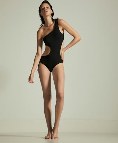 Modella con trikini nero Oysho estate 2018