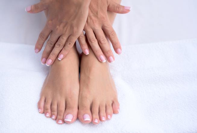 French pedicure semplice rosa e bianco