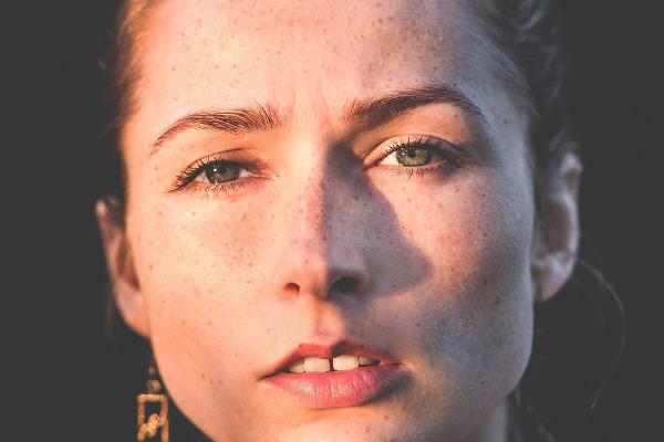 Il volto di una ragazza con le lentiggini