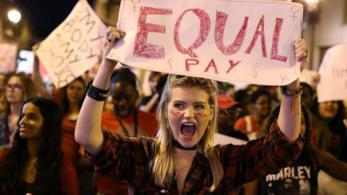 Una manifestazione per l'equal pay