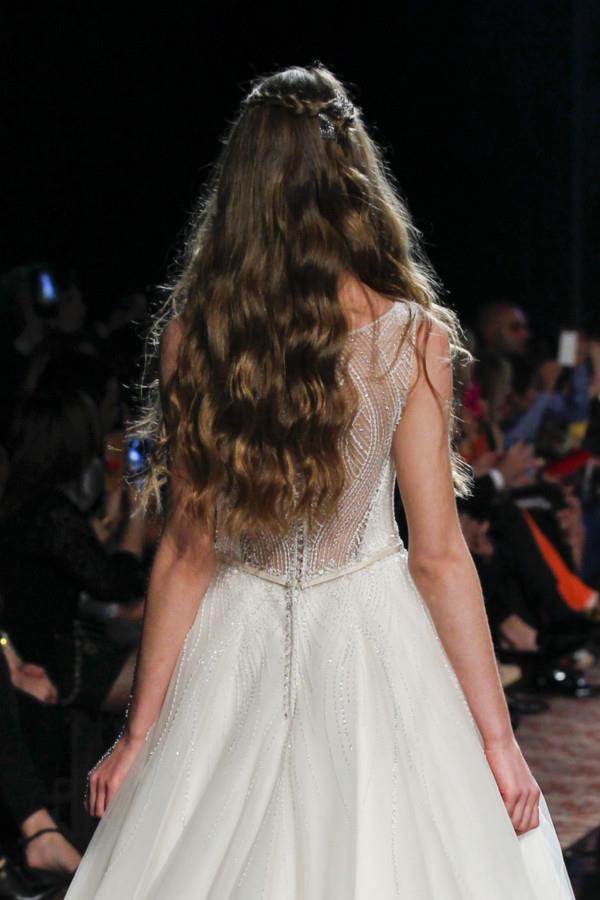 Modella con capelli lunghi e mossi