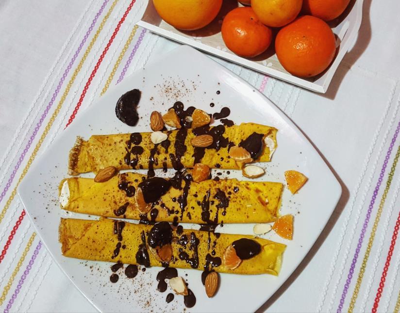 Piatto con crepe, mandorle e cioccolato