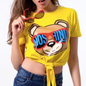 La t-shirt di Moschino annodata con l'orsetto