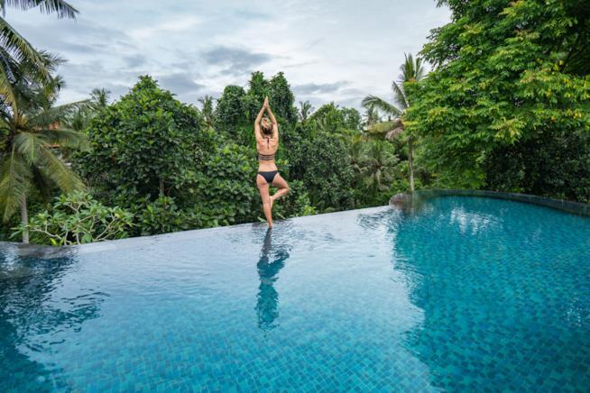 Donna che pratica yoga a Bali.