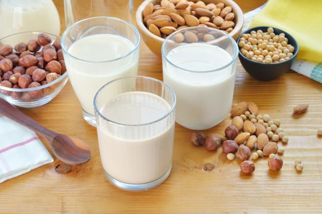 Ci sono diversi tipi di latte vegetale come quello di mandorle e soia