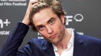 Robert Pattinson si riavvia i capelli